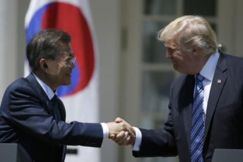 Presiden Amerika Serikat Donald Trump (kanan) saat bertemu Presiden Korea Selatan Moo Jae-in. REUTERS