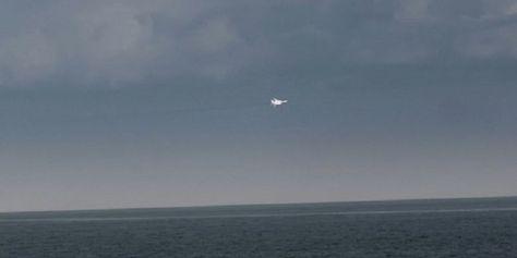 Potongan video memperlihatkan salah satu jet tempur Rusia mengelilingi kapal perang Inggris HMS Duncan di Laut Hitam pada Mei lalu. (Daily Mail)