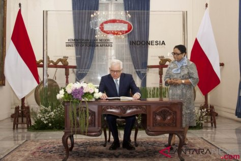 Indonesian Foreign Minister Retno Marsudi (right) welcomed the arrival of Polish Foreign Minister Jacek Czaputowicz (left). (Antara)