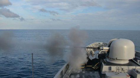 KRI Sultan Iskandar Muda-367 melaksanakan latihan menembak Meriam 76 mm. (Dispen Koarmatim) E