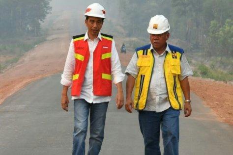 Presiden Jokowi didampingi Menteri PUPR Basuki Hadimuljono ketika meninjau Jalan Trans-Papua di kilometer 84 ruas Jalan Merauke-Sota di Kabupaten Merauke, Jumat (16112018). Foto Biro Per